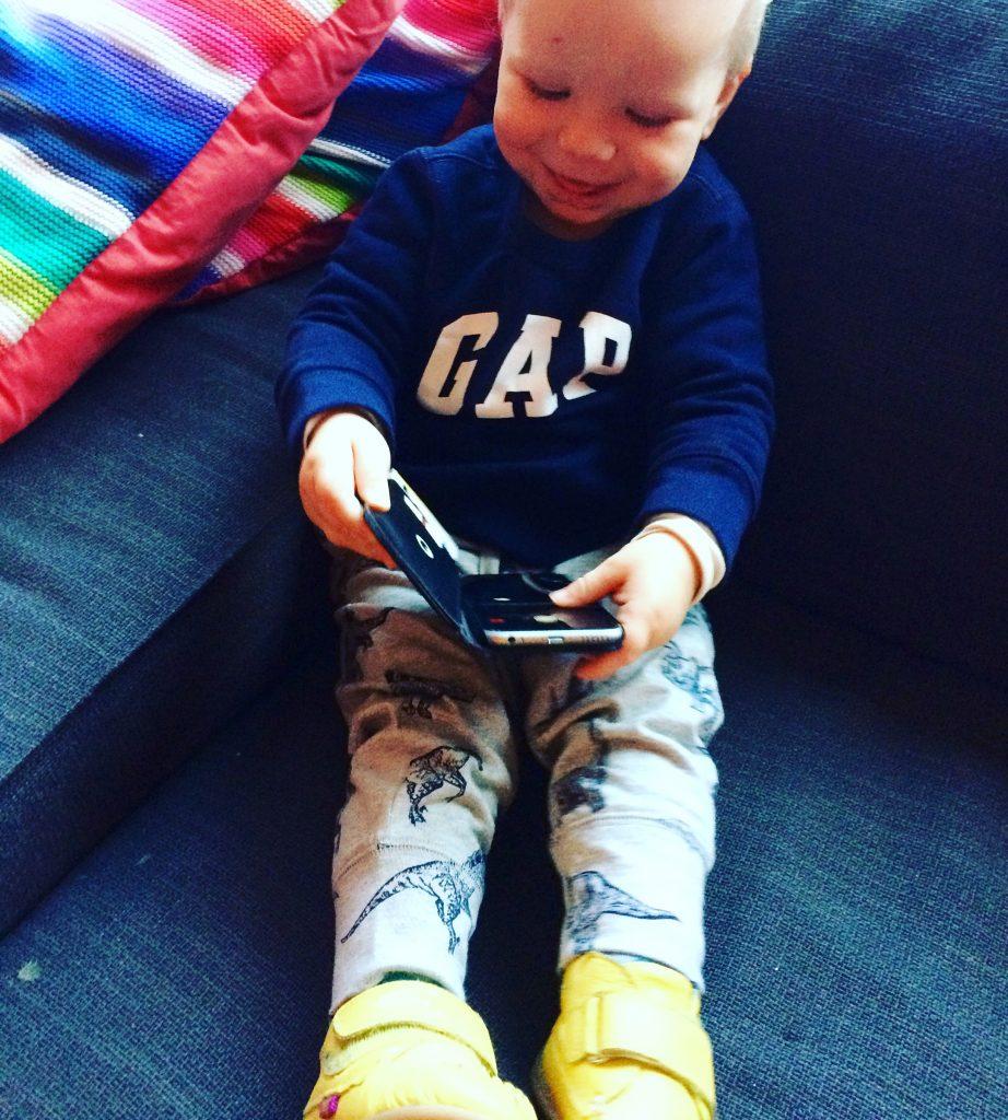 draadloze oplader, smartphone verslaafd INTERNATIONALE CAPSLOCKDAG