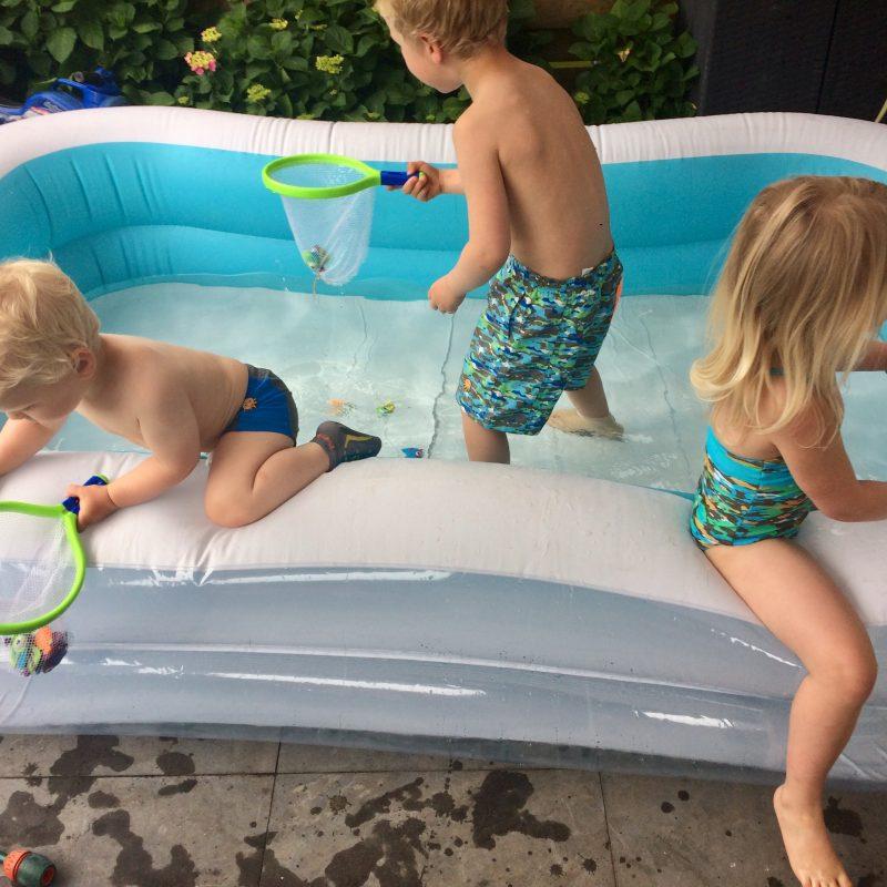 Sweakers, Onze kinderen kunnen veilig spelen, rennen en sprintenrondom zwembaden en glade tegels met hun zwemsokken