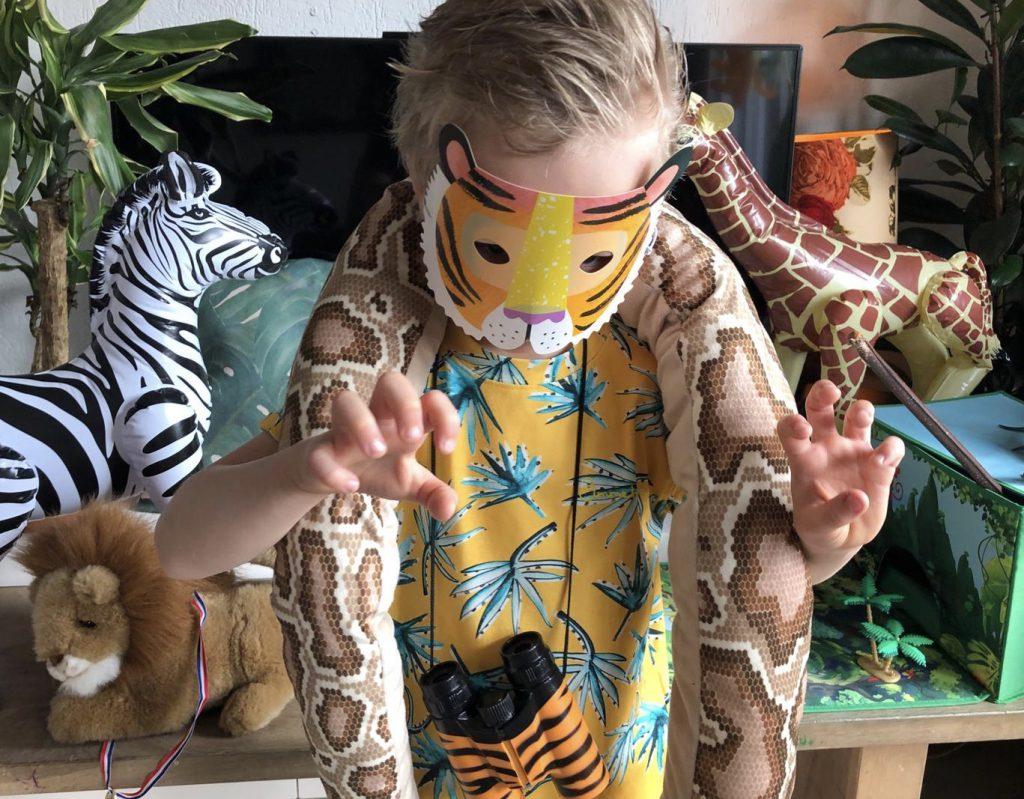 78dfb7ab2332ff ... dus haal de pluche slangen en tijgers uit de kinderkamer en maak je  oerwoud af met opblaasdieren. Zo hebben de feestgangers meteen wat ...