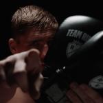 Rico Verhoeven leent zijn bokshandschoenen uit via nieuwe app DecaShare van Decathlon