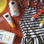 Zonnebrandcrème voor kinderen. Waar moet je op letten bij het kopen en gebruiken?