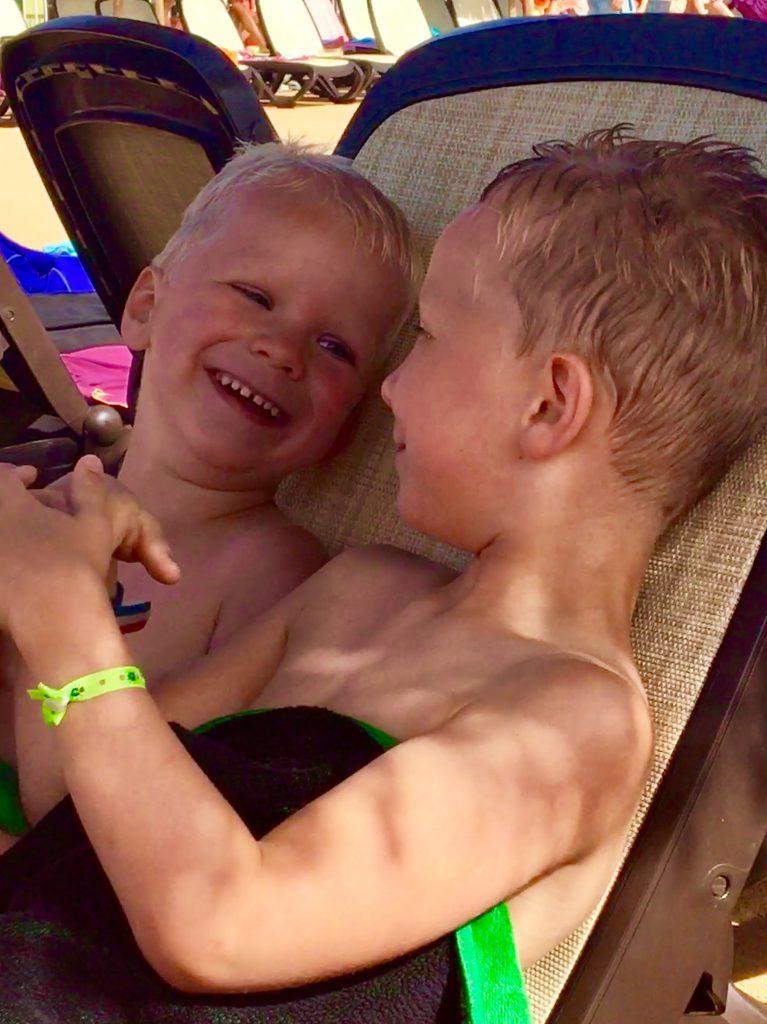 glimlach van een kind, gelukkige kinderen, geluk