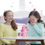 My Little Pony Pinkie Pie maakt je aan het lachen, gieren, brullen.