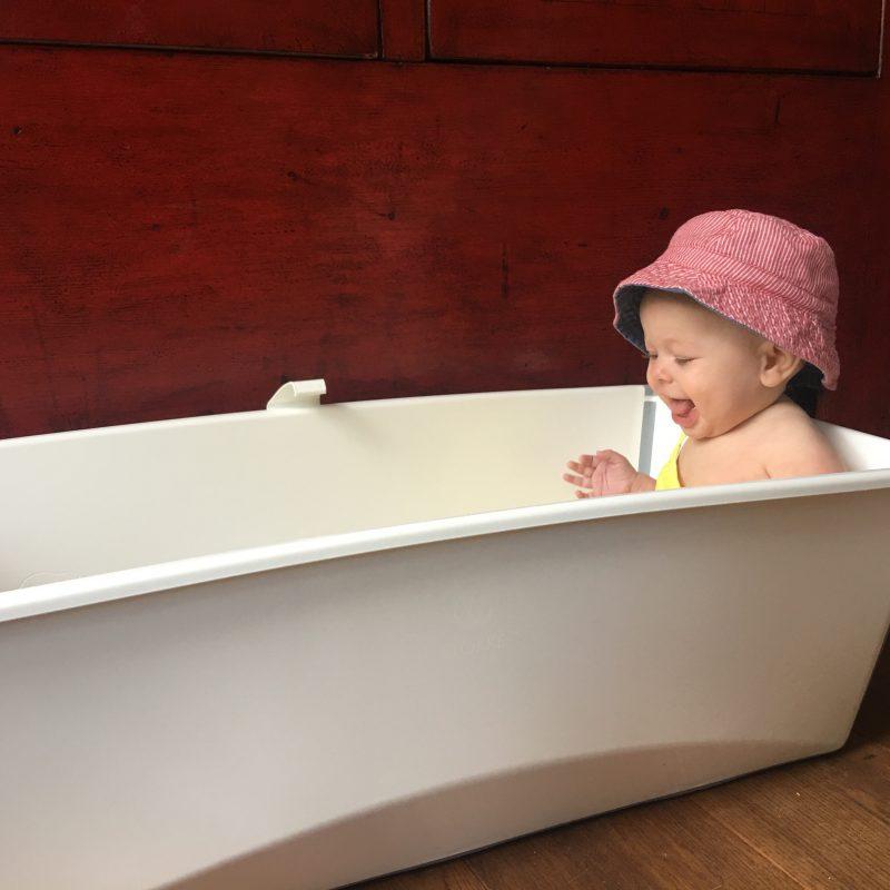 Een groot, klein, opvouwbaar badje van Stokke omdat het zo lekker handig is.