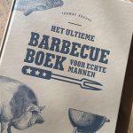 Zet je man op het goede spoor met dit nieuwe barbecueboek