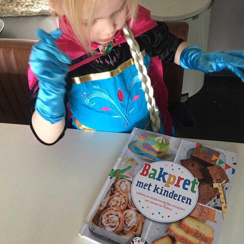 Boekjes voor feestjes, we kleuren en bakken wat af