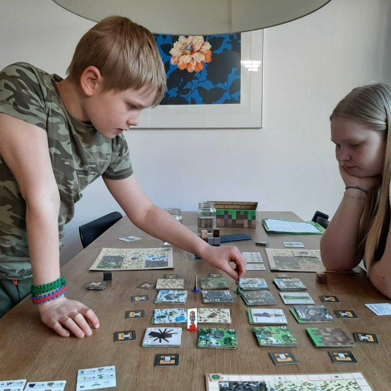 """Het spel """"Minecraft: Builders & Biomes"""" van Ravensburger getest door echte experts"""