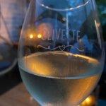 Gepersonaliseerde wijnglazen, raamsticker en producten met eigen tekst en logo