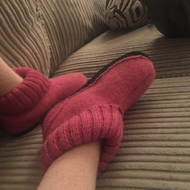 Warm en cozy tijdens , pyjamaparties met relaxtruien en fijne sloffen